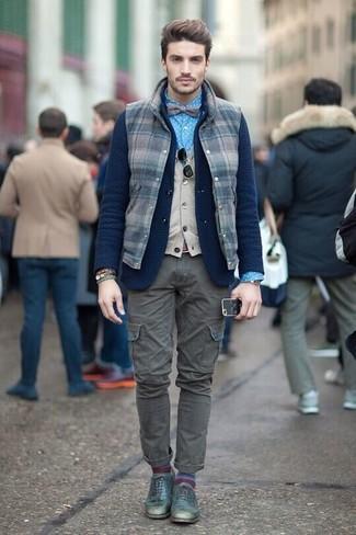 Cómo combinar: chaleco de abrigo de lana a cuadros azul marino, blazer de lana de punto azul marino, chaleco de punto en beige, camisa de vestir a lunares azul