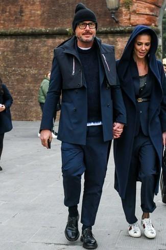 Cómo combinar un blazer cruzado azul marino: Si buscas un look en tendencia pero clásico, ponte un blazer cruzado azul marino y un pantalón chino azul marino. Zapatos derby de cuero negros levantan al instante cualquier look simple.