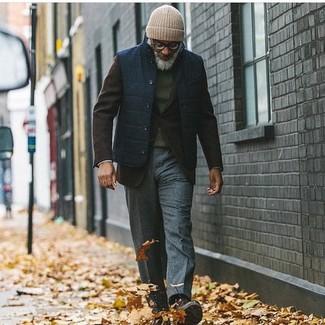 Cómo combinar: chaleco de abrigo azul marino, blazer de lana en marrón oscuro, jersey con cuello circular verde oscuro, pantalón de vestir de lana en gris oscuro