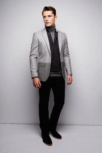 Cómo combinar: chaleco de abrigo negro, blazer gris, jersey de cuello alto gris, pantalón chino negro
