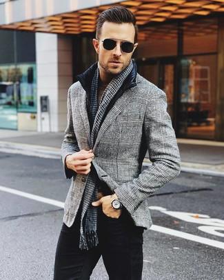 Cómo combinar: chaleco de abrigo negro, blazer de lana de tartán gris, jersey de cuello alto marrón, vaqueros negros