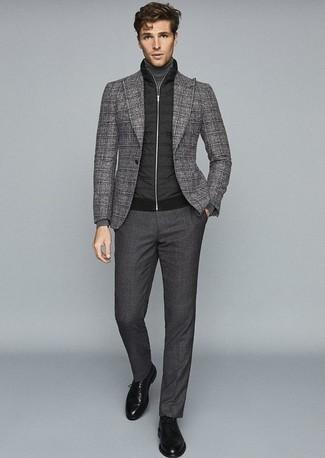 Cómo combinar un pantalón de vestir en gris oscuro: Empareja un chaleco de abrigo acolchado negro junto a un pantalón de vestir en gris oscuro para rebosar clase y sofisticación. ¿Te sientes valiente? Elige un par de zapatos derby de cuero negros.