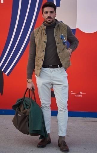 Cómo combinar un blazer verde oscuro: Empareja un blazer verde oscuro con un pantalón chino de rayas verticales blanco para después del trabajo. Con el calzado, sé más clásico y elige un par de mocasín con borlas de cuero en marrón oscuro.
