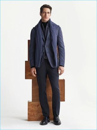 Cómo combinar un jersey de ochos azul marino: Opta por un jersey de ochos azul marino y un pantalón de vestir negro para una apariencia clásica y elegante. Zapatos derby de cuero negros son una opción inmejorable para completar este atuendo.