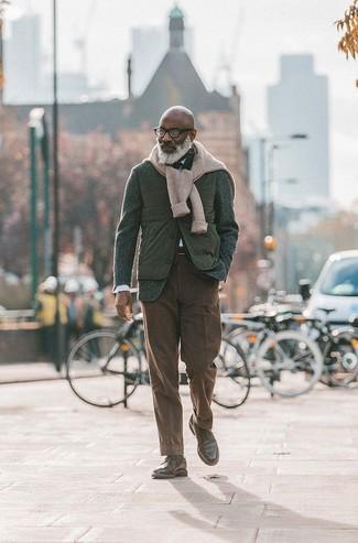 Ponte un jersey de ochos en beige y un pantalón chino marrón oscuro para una apariencia fácil de vestir para todos los días. Botas casual de cuero marrón oscuro levantan al instante cualquier look simple.