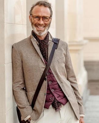 Cómo combinar un bolso mensajero de cuero en marrón oscuro: Para un atuendo tan cómodo como tu sillón ponte un chaleco de abrigo burdeos y un bolso mensajero de cuero en marrón oscuro.