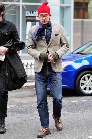 Outfits hombres: Casa un chaleco de abrigo acolchado azul marino junto a unos vaqueros azul marino para lidiar sin esfuerzo con lo que sea que te traiga el día. ¿Te sientes valiente? Elige un par de botas casual de cuero marrónes.