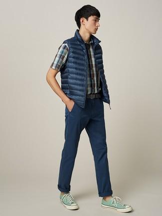 Cómo combinar: chaleco de abrigo azul marino, camisa de manga corta de tartán azul marino, pantalón chino azul marino, tenis de lona en verde menta