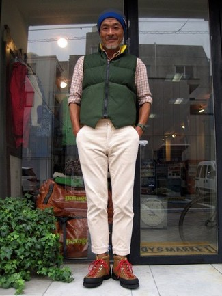 Cómo combinar: chaleco de abrigo acolchado verde oscuro, camisa de manga larga de tartán en beige, pantalón chino en beige, zapatillas altas de ante marrónes