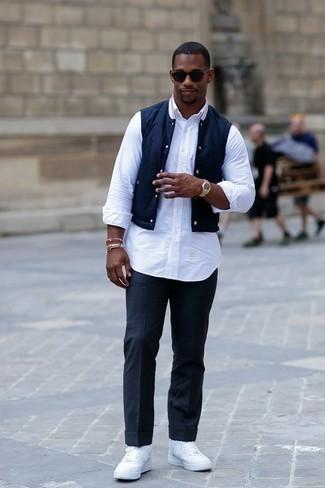 Cómo combinar un chaleco de abrigo azul marino: Usa un chaleco de abrigo azul marino y un pantalón de vestir azul marino para rebosar clase y sofisticación. ¿Te sientes valiente? Completa tu atuendo con zapatillas altas de lona blancas.