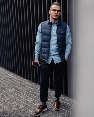 Cómo combinar: chaleco de abrigo azul marino, camisa de manga larga celeste, vaqueros de pana azul marino, zapatos brogue de cuero marrónes
