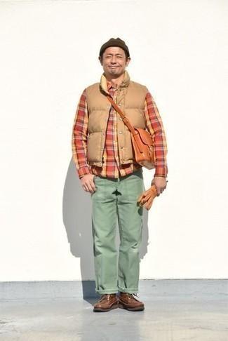 Cómo combinar una camisa de manga larga de tartán roja: Ponte una camisa de manga larga de tartán roja y unos vaqueros en verde menta para un look diario sin parecer demasiado arreglada. ¿Te sientes valiente? Haz botas casual de cuero marrónes tu calzado.