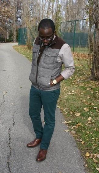Cómo combinar un reloj dorado: Un chaleco de abrigo gris y un reloj dorado son una opción inmejorable para el fin de semana. Opta por un par de zapatos derby de cuero marrónes para mostrar tu inteligencia sartorial.