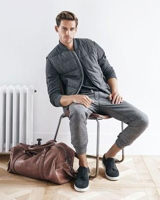Cómo combinar un pantalón de chándal gris: Utiliza un chaleco de abrigo de lana gris y un pantalón de chándal gris para un almuerzo en domingo con amigos. Tenis de ante en gris oscuro son una opción inmejorable para completar este atuendo.