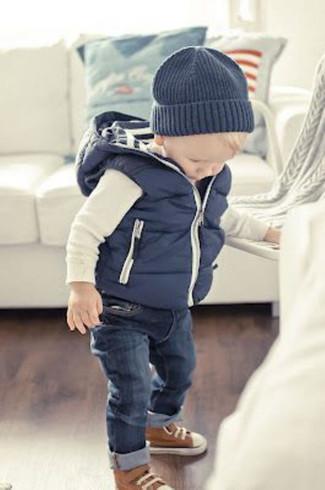 Cómo combinar: chaleco de abrigo azul marino, camiseta de manga larga blanca, vaqueros azul marino, zapatillas marrónes