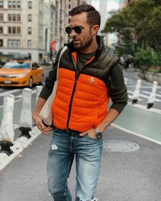 Cómo combinar: chaleco de abrigo acolchado naranja, camiseta de manga larga en gris oscuro, vaqueros desgastados azules, bolsa tote de lona en beige
