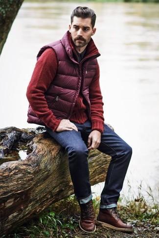 Cómo combinar: chaleco de abrigo acolchado morado, cárdigan rojo, camisa de manga larga negra, vaqueros azul marino