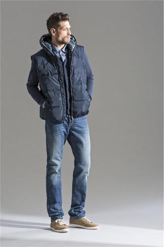 Cómo combinar un chaleco de abrigo acolchado en gris oscuro: Utiliza un chaleco de abrigo acolchado en gris oscuro y unos vaqueros azules para una apariencia fácil de vestir para todos los días. Tenis marrón claro son una opción estupenda para complementar tu atuendo.