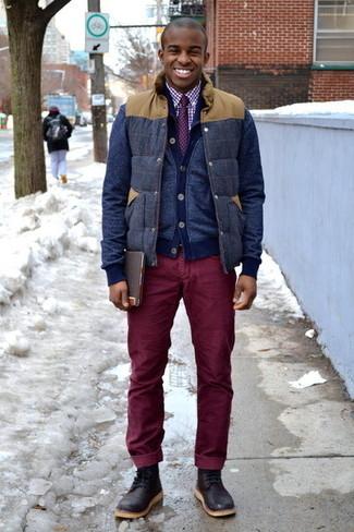 Cómo combinar: chaleco de abrigo de lana azul marino, cárdigan azul marino, camisa de vestir de cuadro vichy en blanco y rojo, vaqueros de pana burdeos