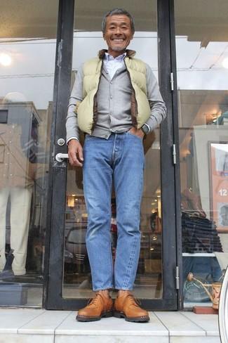 Cómo combinar: chaleco de abrigo en amarillo verdoso, cárdigan gris, camisa de vestir blanca, vaqueros azules