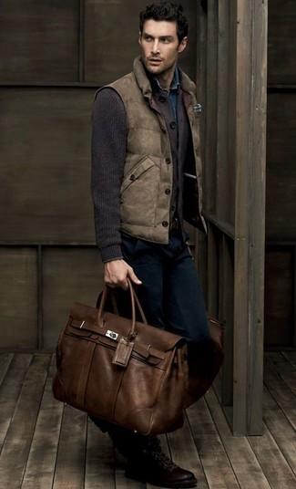 Cómo combinar: chaleco de abrigo marrón, cárdigan de punto en marrón oscuro, camisa vaquera azul, vaqueros azul marino