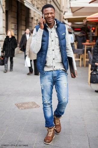 Cómo combinar: chaleco de abrigo azul, cárdigan en beige, camiseta con cuello circular celeste, vaqueros desgastados azules