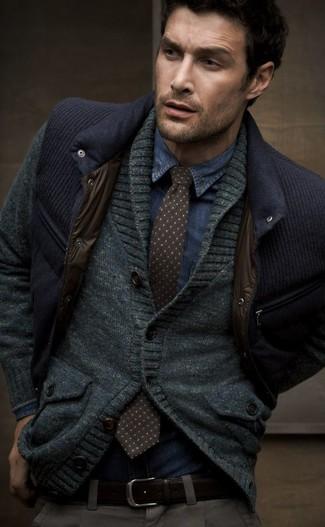 Cómo combinar: chaleco de abrigo azul marino, cárdigan con cuello chal en gris oscuro, camisa vaquera azul, corbata a lunares en marrón oscuro