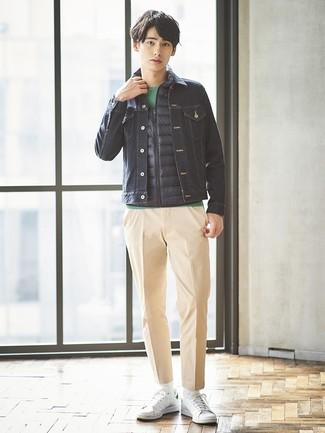 Cómo combinar: chaleco de abrigo azul marino, chaqueta vaquera azul marino, camiseta con cuello circular verde, pantalón chino marrón claro
