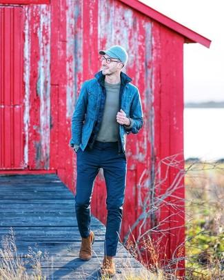 Cómo combinar: chaleco de abrigo acolchado azul marino, chaqueta vaquera azul, camiseta de manga larga gris, pantalón chino azul marino