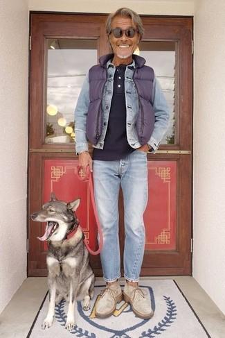 Cómo combinar: chaleco de abrigo acolchado en violeta, chaqueta vaquera celeste, camiseta henley azul marino, vaqueros celestes