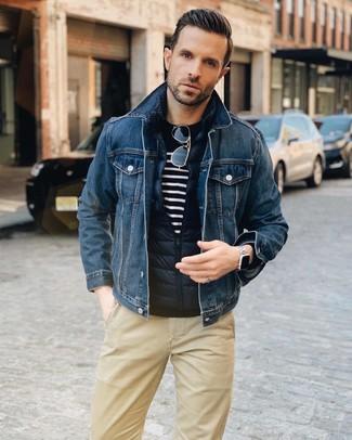 Cómo combinar: chaleco de abrigo acolchado azul marino, chaqueta vaquera azul marino, jersey con cuello circular de rayas horizontales en azul marino y blanco, pantalón chino marrón claro