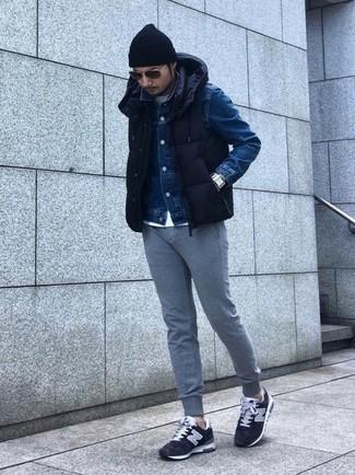 Cómo combinar: chaleco de abrigo acolchado azul marino, chaqueta vaquera azul marino, pantalón de chándal gris, tenis de ante negros