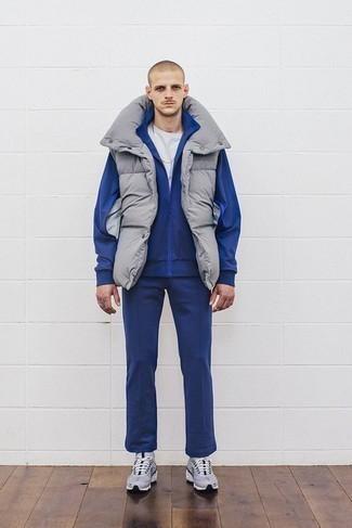 Cómo combinar un chándal: Emparejar un chándal con un chaleco de abrigo gris es una opción atractiva para el fin de semana. Haz este look más informal con deportivas grises.