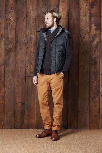 Cómo combinar un chaleco de abrigo acolchado en gris oscuro: Elige un chaleco de abrigo acolchado en gris oscuro y un pantalón chino en tabaco para un almuerzo en domingo con amigos. Con el calzado, sé más clásico y complementa tu atuendo con zapatos brogue de cuero marrónes.
