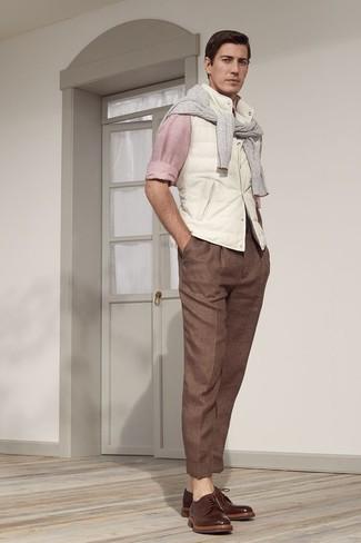 Cómo combinar: chaleco de abrigo blanco, jersey con cuello circular gris, camisa de manga larga rosada, pantalón de vestir marrón
