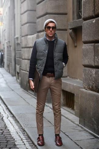 Cómo combinar un chaleco de abrigo acolchado en gris oscuro: Intenta ponerse un chaleco de abrigo acolchado en gris oscuro y un pantalón chino marrón para una apariencia fácil de vestir para todos los días. Elige un par de zapatos con doble hebilla de cuero en marrón oscuro para mostrar tu inteligencia sartorial.