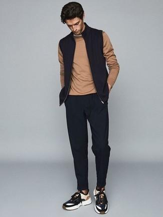 Cómo combinar un chaleco de abrigo azul marino: Intenta ponerse un chaleco de abrigo azul marino y un pantalón chino azul marino para un almuerzo en domingo con amigos. Si no quieres vestir totalmente formal, haz deportivas en azul marino y blanco tu calzado.