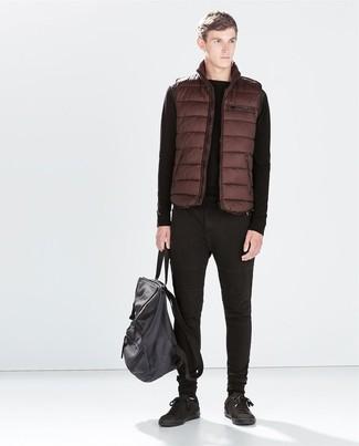 Cómo combinar un chaleco de abrigo marrón: Intenta combinar un chaleco de abrigo marrón junto a unos vaqueros negros para una apariencia fácil de vestir para todos los días. Tenis de cuero negros son una opción práctica para completar este atuendo.