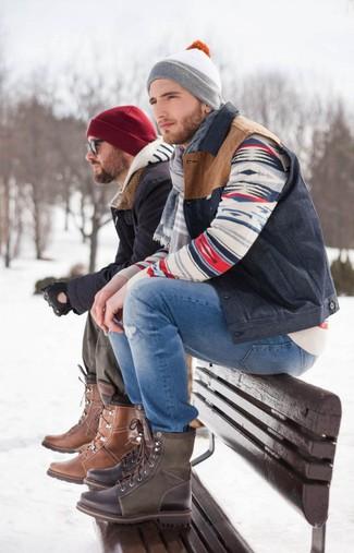 Cómo combinar unos vaqueros desgastados azules: Un chaleco de abrigo azul marino y unos vaqueros desgastados azules son una opción práctica para el fin de semana. Con el calzado, sé más clásico y completa tu atuendo con botas casual de cuero en marrón oscuro.