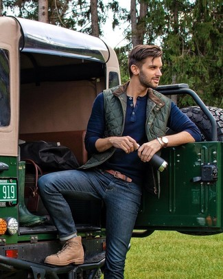Cómo combinar: chaleco de abrigo acolchado verde oscuro, jersey con cuello henley azul marino, vaqueros azul marino, botas casual de cuero marrón claro