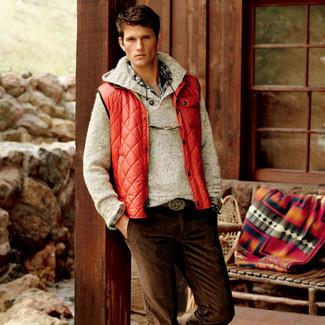 Cómo combinar: chaleco de abrigo rojo, jersey con cuello vuelto holgado en beige, camisa de manga larga de tartán en multicolor, vaqueros de pana en marrón oscuro