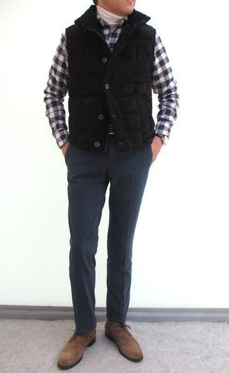 Cómo combinar: chaleco de abrigo acolchado negro, jersey de cuello alto blanco, camisa de manga larga de cuadro vichy en negro y blanco, pantalón de vestir de lana en gris oscuro