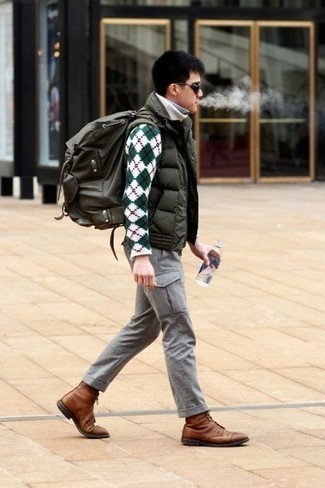 Cómo combinar un pantalón cargo gris: Utiliza un chaleco de abrigo acolchado verde oliva y un pantalón cargo gris para lidiar sin esfuerzo con lo que sea que te traiga el día. ¿Te sientes valiente? Opta por un par de botas casual de cuero marrónes.