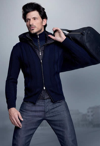 Cómo combinar: chaleco de abrigo negro, jersey de cuello alto con cremallera azul marino, jersey con cremallera azul marino, vaqueros azul marino