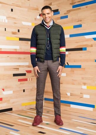 Cómo combinar: chaleco de abrigo verde oscuro, jersey de pico azul marino, camisa de vestir de rayas verticales blanca, pantalón de vestir de lana a cuadros marrón