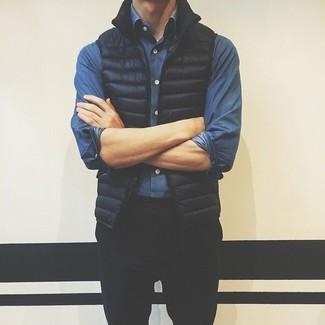 Cómo combinar: chaleco de abrigo negro, camisa vaquera azul, pantalón chino negro