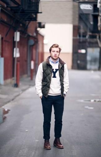 Outfits hombres: Empareja un chaleco de abrigo acolchado verde oscuro con un pantalón chino azul marino para conseguir una apariencia relajada pero elegante. Complementa tu atuendo con botas casual de cuero marrónes para mostrar tu inteligencia sartorial.