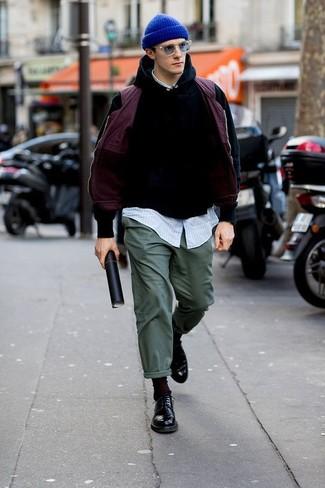 Look de moda: Chaleco de abrigo morado, Sudadera con capucha negra, Camisa de manga larga de rayas verticales celeste, Pantalón chino verde oscuro