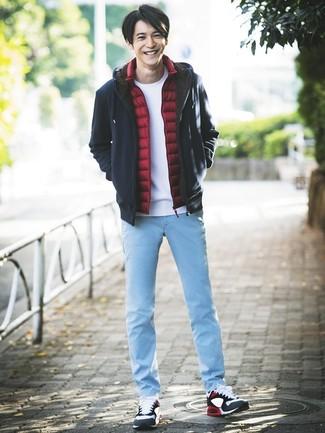 Cómo combinar: chaleco de abrigo rojo, sudadera con capucha azul marino, camiseta con cuello circular blanca, vaqueros celestes