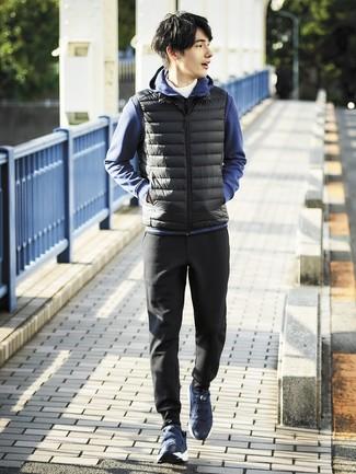Cómo combinar: chaleco de abrigo negro, sudadera con capucha azul marino, jersey de cuello alto blanco, pantalón de chándal negro